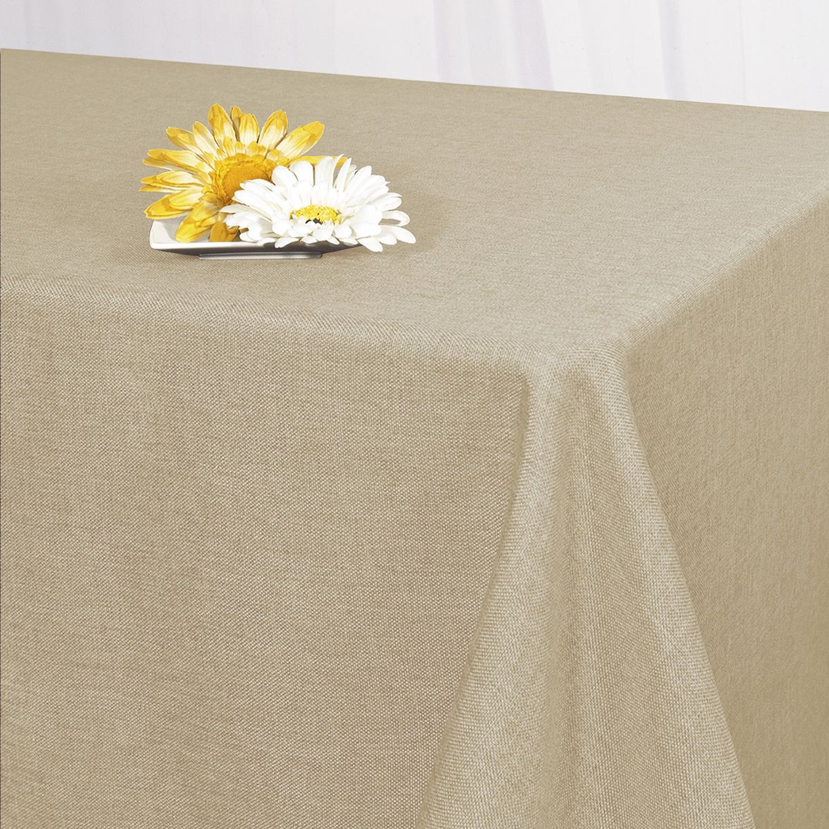 Скатерть Schaefer, прямоугольная, цвет: бежевый, 130 x 160 см. 07501-42707501-427Стильная скатерть Schaefer выполнена из полиэстера.Изделия из полиэстера легко стирать: они не мнутся, не садятся и быстро сохнут, они более долговечны, чем изделия из натуральных волокон.Немецкая компания Schaefer создана в 1921 году. На протяжении всего времени существования она создает уникальные коллекции домашнего текстиля для гостиных, спален, кухонь и ванных комнат. Дизайнерские идеи немецких художников компании Schaefer воплощаются в текстильных изделиях, которые сделают ваш дом красивее и уютнее и не останутся незамеченными вашими гостями. Дарите себе и близким красоту каждый день!