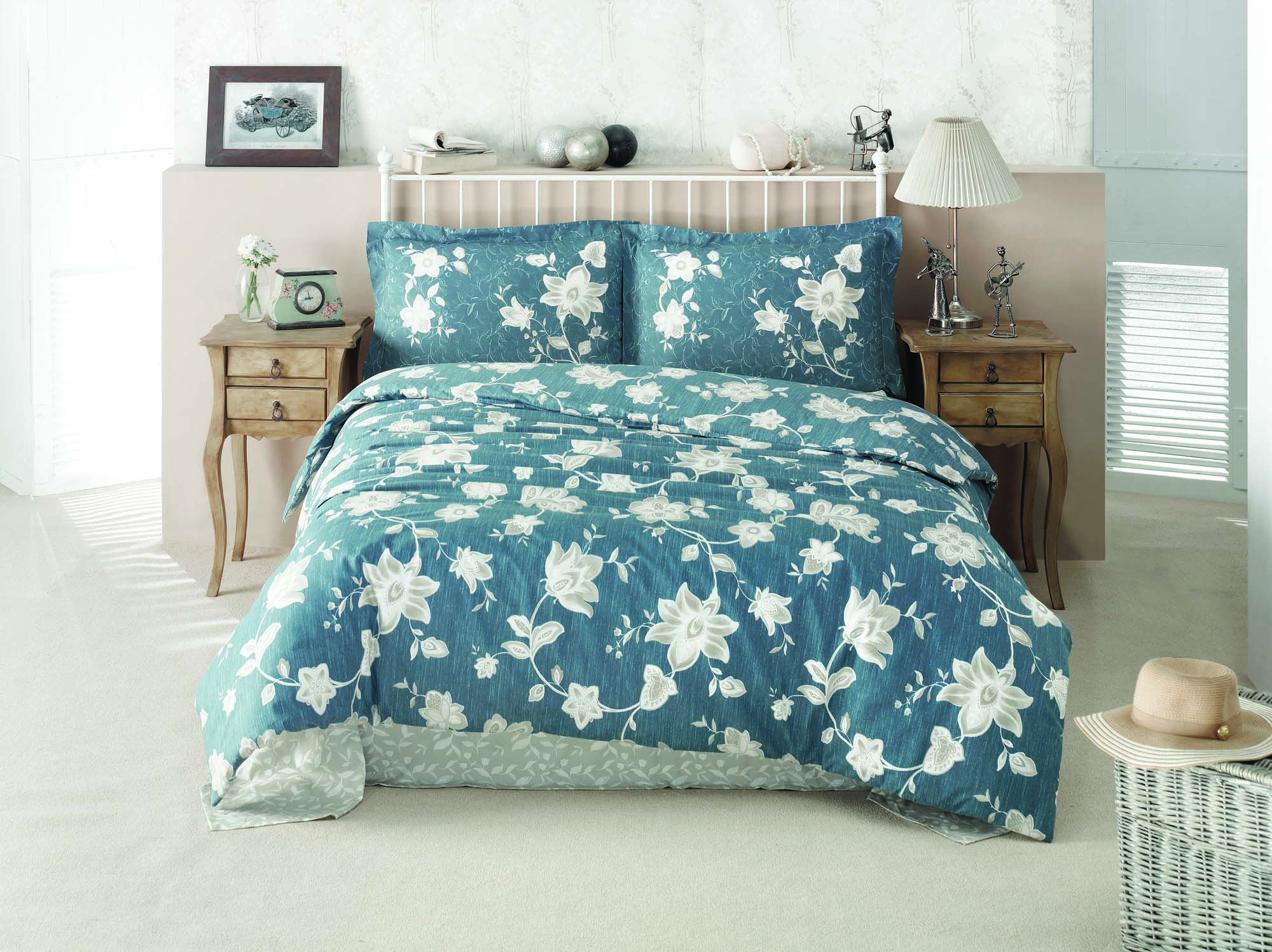 Комплект белья Clasy Belinay, семейный, наволочки 50х70, цвет: синийVT-1520(SR)Комплект постельного белья Clasy Belinay изготовлен в Турции из высококачественного ранфорса на одной из ведущих фабрик.Выбирая постельное белье Clasy Belinay вы будете приятно удивлены качественной выделкой ткани, красивыми и модными расцветками, а так же его отличным качеством. Все наволочки у комплектов Clasy Belinay имеют клапан без пуговиц и молнии. Все пододеяльники с пуговицами.