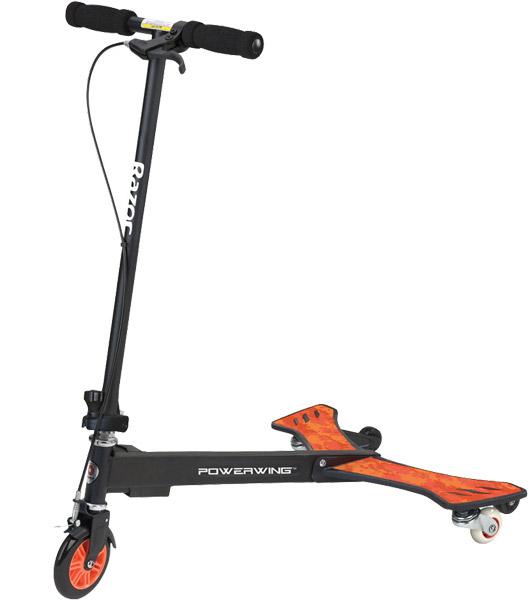 Самокат-тридер Razor Powerwing, цвет: черный, оранжевый3B327Самокат-тридер Razor Powerwing имеет прочный стальной корпус, полимерные крылья, большое переднее полиуретановое колесо и задние наклонные колеса для дрифта и заносов. Такой самокат позволяет двигаться не касаясь ногами земли, так как приводится в движение путем раскачивания корпуса райдера вправо и влево. Тормоз - ручной.Возраст: от 5 лет. Подходит под рост: от 110 до 180 см. Максимальная нагрузка: 65 кг. Ширина руля: 35 см. Фиксированная высота руля: 79,5 см. Ширина крыльев: 24 см.
