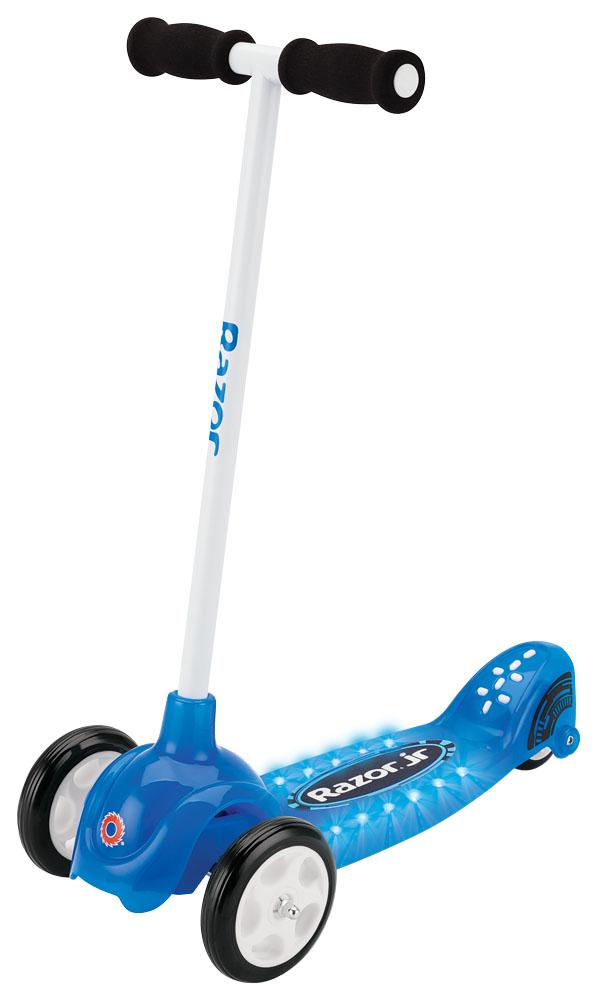 Самокат детский Razor Lil Tek, трехколесный, цвет: синий, белыйRivaCase 7560 greyЯркий трехколесный самокат для мальчиков Razor Lil Tek имеет новую запатентованную технологию наклоняй и поворачивай, угол поворота 19,5 градусов, что дает самокату хорошую управляемость и улучшенную отзывчивость.Самокат имеет широкую противоскользящую платформу для ног, куда без проблем поместятся сразу пара маленьких ножек. Пульсирующее световое шоу, в виде 12 светодиодов, и яркое оформление самоката, порадует вашего ребенка!Спереди самокат имеет два колеса для большей устойчивости. Стойка самоката фиксированная, а ручки покрыты мягкими накладками из резины, что позволяет избежать мозолей на ладонях. Полиуретановые колеса обеспечивают хорошее сцепление с дорогой.Катание на самокате - одно из любимых занятий детей. Оно приобретает большую популярность, поскольку не требует специальных навыков. Самокат дает возможность не только замечательно провести досуг, но и обеспечить определенное физическое развитие его владельцу. Возраст: от 2 лет.Максимальная нагрузка 20 кг.Высота руля (от земли): 63 см. Высота руля (от деки): 57 см.Длина деки: 25 см.Ширина деки: 13 см.Общая длина самоката: 53 см.Дорожный просвет (клиренс): 3 см.Два элемента питания CR2032 (включены в комплект и заменимы).