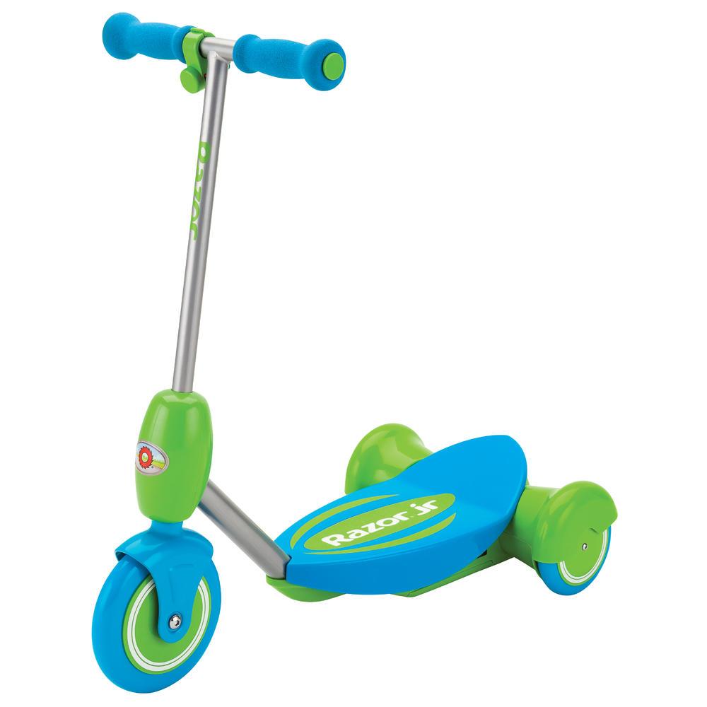 Электросамокат детский Razor Lil E, цвет: голубой, зеленый011103Электрический самокат Razor Lil E обеспечивает дополнительную стабильность хода за счет трехколесной конструкции, а также плавного газа, который активируется путем нажатия ребенком кнопки газа на руле. Кнопка нажимается очень легко, а самокат плавно набирает ход, но стоит только маленькому райдеру отпустить газ, как самокат начнет тормозить до полной остановки.Самокат комплектуется удобным съемным сиденьем, для тех юных райдеров, кто еще боится кататься или пока плохо держит равновесие. Особенности:- Тихий надежный электромотор.- Задний привод из двойных колес для дополнительной устойчивости.- В движение приводится только с зажатой кнопкой газа.- Плавный и медленный набор скорости.- Полная остановка пи отпускании кнопки газа.- Большая широкая платформа для пары детских ножек.- Возможность крепления дополнительно сиденья для использования детьми от 2 лет.- Корпус выполнен из прочного полимера.- Стальной каркас электросамоката.- Большие полиуретановые полимерные колеса.- Аккумулятор герметичный свинцово-кислотный на 6V.- До 50 минут непрерывного хода на полной зарядке- Мягкие удобные пенные ручки на руле.Возраст: от 3 лет.Рост: 80-130 см.Максимальная нагрузка 20 кг.Максимальная скорость 3 км/час.