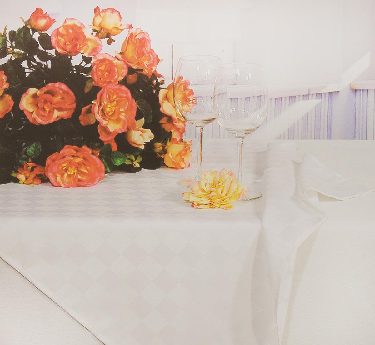 Скатерть Schaefer, прямоугольная, цвет: светло-бежевый, 160 x 220 см. 4169/FB.00VT-1520(SR)Прямоугольная скатерть Schaefer, выполненная из полиэстера с оригинальным рисунком, станет изысканным украшением кухонного стола. За текстилем из полиэстера очень легко ухаживать: он не мнется, не садится и быстро сохнет, легко стирается, более долговечен, чем текстиль из натуральных волокон.Использование такой скатерти сделает застолье торжественным, поднимет настроение гостей и приятно удивит их вашим изысканным вкусом. Также вы можете использовать эту скатерть для повседневной трапезы, превратив каждый прием пищи в волшебный праздник и веселье. Это текстильное изделие станет изысканным украшением вашего дома!