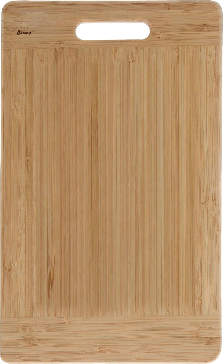 Доска разделочная LarangE От шефа, 38,5 х 24 х 1,8 см54 009312Доска разделочная LarangE От шефа изготовлена из качественного бамбука. Доска склеивается в заводских условиях из отдельных распиленных полос. Сочетание склеенных полосок разного цвета в изделии выглядит богато и притягательно. Бамбук обладает плотной и очень твердой структурой (400-700 кг/м3), устойчив к механическим и климатическим воздействиям. Доски из бамбука не рассыхаются и не трескаются, не портятся от мытья в теплой воде, не впитывают влагу и запахи и имеют долгий срок службы. Бамбук - это 100% экологически чистый продукт. Доска разделочная LarangE От шефа станет полезным приобретением для вашей кухни, а также красиво дополнит как современный, так и классический интерьер. Не рекомендуется мыть в посудомоечной машине.