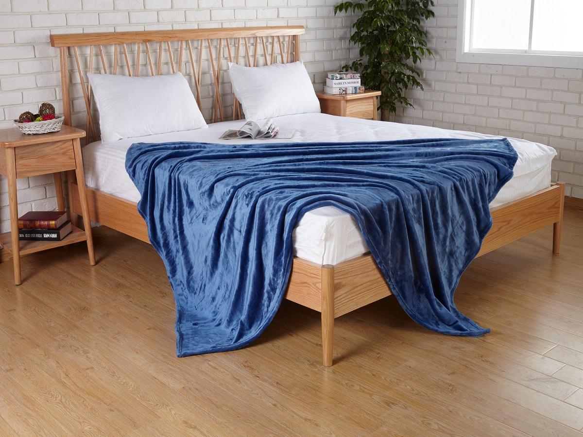 Плед Karna Elza, цвет: синий, 160 x 200 см5084/CHAR008Плед Karna изготовлен из 100% полиэстера. Полиэстер является синтетическим волокном. Ткань, полностью изготовленная из полиэстера, даже после увлажнения, очень быстро сохнет. Изделия из полиэстера практически не требовательны к уходу и обладают высокой устойчивостью к износу. Изделия из полиэстера не мнётся и легко стирается, после стирки очень быстро высыхает. Материал очень прочный, за время использования не растягивается и не садится. А так же обладает высокой влагонепроницаемостью.
