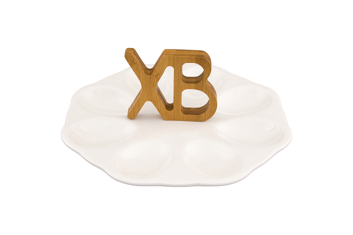 Тарелка для фаршированных яиц Elan Gallery ХВ. Айсберг, с ручками, 21 х 21 х 10,5 см115510Сервировочная тарелка Elan Gallery ХВ для восьми фаршированных яиц, изготовленная из высококачественного фарфора, позволит украсить ваш праздничный стол, особенно в светлый праздник Пасхи. Изделие имеет подарочную упаковку, поэтому станет желанным подарком для ваших близких! Не рекомендуется применять абразивные моющие средства. Не использовать в микроволновой печи.