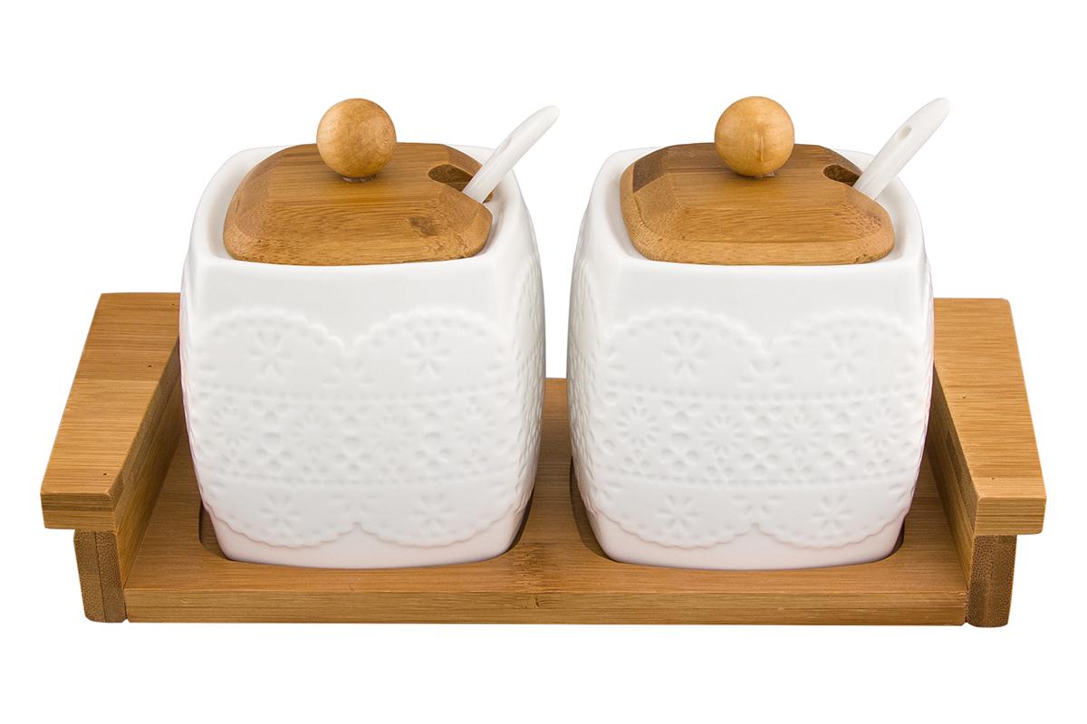 Набор сахарниц Elan Gallery Белое кружево, с ложкой и крышкой, на подставке, 400 мл, 2 шт115510Необычный набор из двух сахарниц объемом 400 мл. с деревянными крышками и подставкой будет уместна в любом интерьере. Лаконичный белый цвет в сочетании с цветом дерева позволяет использовать и в модерне, и в стиле современной классики. Размер 24,5х10х11 см.