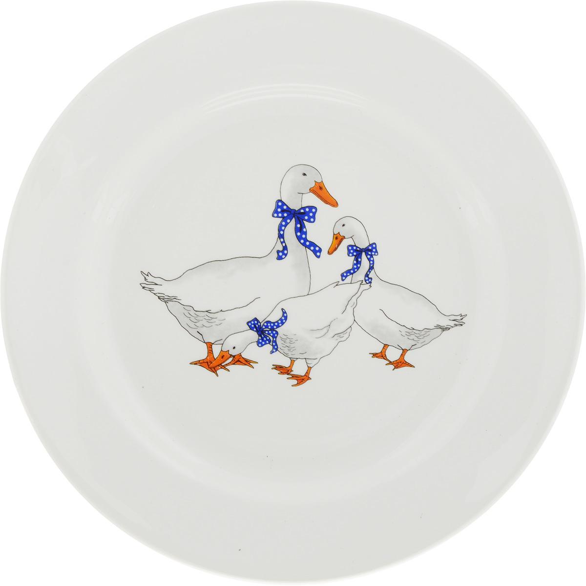 Тарелка Кубаньфарфор Гуси, диаметр 20 см073452Тарелка Кубаньфарфор Гуси, изготовленная из фаянса с глазурованным покрытием, декорирована красочным рисунком. Такая тарелка украсит сервировку вашего стола и подчеркнет прекрасный вкус хозяина, а также станет отличным подарком.