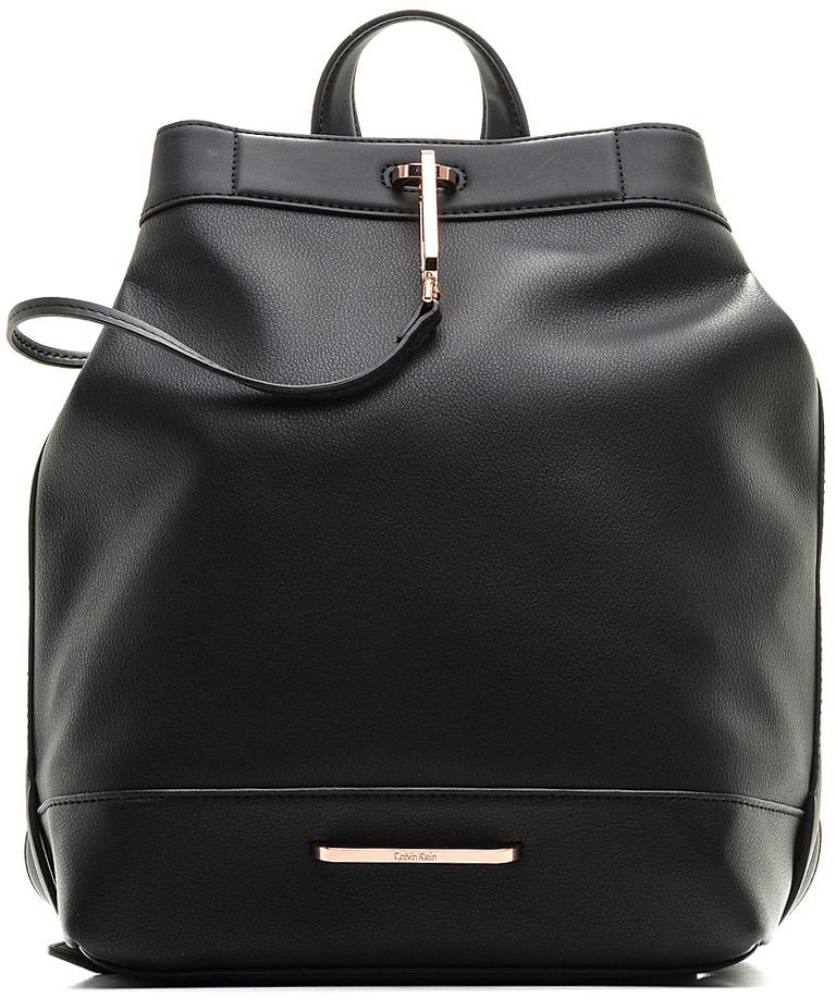 Сумка-рюкзак женская Calvin Klein Jeans, цвет: черный. K60K602494_0010K60K602494Стильная женская сумка-рюкзак выполнена из искусственной кожи и оформлена металлической пластиной с названием бренда. Изделие имеет одно основное отделение, которое закрывается на внешней стороны на большой металлический крючок.Внутри находятся два накладных открытых кармана и один втачной на молнии. Снаружи, на задней стенке расположен открытый накладной карман, оформленный названием бренда. Объем верхнего отверстия регулируется с помощью небольших кнопок. Модель оснащена двумя регулируемыми лямками, которые позволяют носить изделие на плече, и небольшой удобной ручкой.