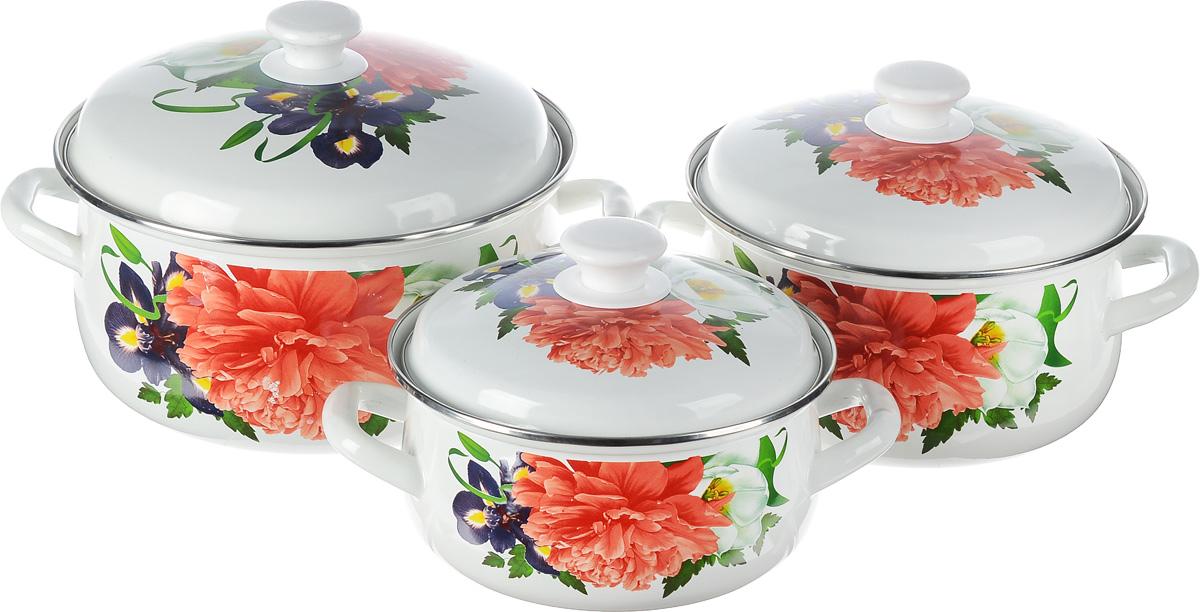 Набор посуды КМК Браво-1, 6 предметовБраво-1Набор посуды КМК Андорра, состоящий из трех кастрюль и чайника с крышками, изготовлен из высококачественной стали с эмалированным покрытием и оформлен изображением цветов. Эмалированное покрытие славиться своей безопасностью и добротностью. Эмалевое покрытие, являясь стекольной массой, не вызывает аллергии и надежно защищает пищу от контакта с металлом. Внутренняя поверхность идеально ровная, что значительно облегчает мытье. Покрытие устойчиво к механическому воздействию, не царапается и не сходит, а стальная основа практически не подвержена механической деформации, благодаря чему срок эксплуатации увеличивается. Кастрюли и чайник оснащены крышками, выполненными из стали с эмалированным покрытием. Крышки плотно прилегают к краям кастрюль, предотвращая проливание жидкости и сохраняя аромат блюд, и имеют удобные пластиковые ручки. Подходят для газовых, электрических и керамических плит. Можно мыть в посудомоечной машине. Высота стенок кастрюль: 9,5 см, 11,5 см, 12,5 см. Диаметр кастрюль (по верхнему краю): 20,5 см, 23 см, 26 см.Ширина кастрюль (с учетом ручек): 26 см, 28,5 см, 32 см.Объем кастрюль: 2 л, 3 л, 4 л.