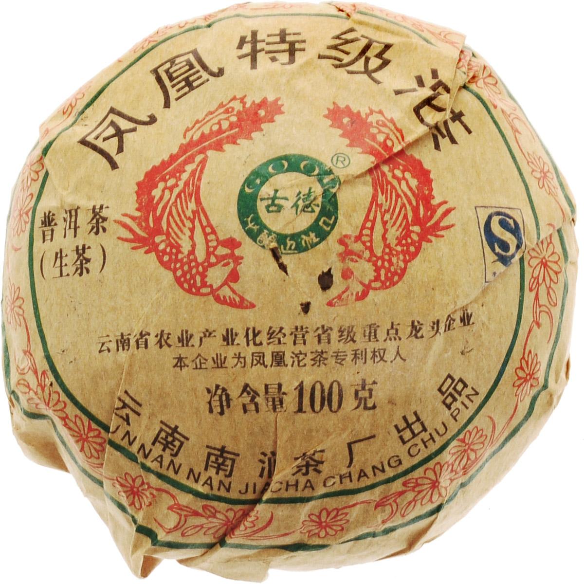 Чай Пуэр Шэн Фениксовая точа 2014 год, 100 г0120710Вкус чая Чай Пуэр Шэн Фениксовая точа интригует. В нем доминируют интеллигентная копченость, древесно-хвойные оттенки, однако основной фон составляют сухофрукты, главными среди которых можно выделить красные яблоки и груши. Еще одной из характеристик вкуса этого чая можно назвать его игристость, свежесть. Чай пьется легко, мягко проникая внутрь и даря радостные моменты ощущения здорового состояния организма. Фениксовая точа - это новая точка на карте географии чая Пуэр. Любители чая Пуэр привыкли к распространенным вкусам из других регионов – Сишуан Баньны, Линьцана, Пуэра, и этими продуктами вы можете обогатить ваш чайный мир. Встречайте – серия шу и шэн пуэров под брендом Фениксовая точа из округа Дали. Поскольку погода в этом регионе более сурова (если так можно выразиться относительно к тропикам и субтропикам), вкус этого чая конечно впитывает это качество. Собранное в горах Уляньшань (в той ее части, которая относится к Дали) чайное сырье привлекает к себе внимание, прежде всего, непохожестью ни на что.Во вкусе можно отчетливо обнаружить хвойные и древесные, а порой смолистые ароматы, с легким, как бы осторожно пробивающимся через них сладковатым послевкусием. Несмотря на то, точа разделывается всегда более сложно чем другие формы чая Пуэр, эти продукты не имеют такой плохой привычки. Сырье спрессовано слой за слоем и очень легко, конечно не без помощи специального шила, отделается друг от друга. Купажисту этого предприятия удалось очень удачно подсветить вышеупомянутые оттенки вкусов и придать им свежести. Такой чай хочется пить и пить. Предлагаем и вам отправиться в путешествие по вкусовой палитре чая Пуэр! Рекомендации по завариванию: отломите 3-5 г чая при помощи ножа или чайного шила. Залейте кипяток в чайник до половины на 10-15 секунд, а затем слейте полученный настой. Первую промывку пить не рекомендуется. Залейте кипяток (95-100С) в чайник на 1-2 минуты. Перелейте чай в чашку и наслаждайтесь.