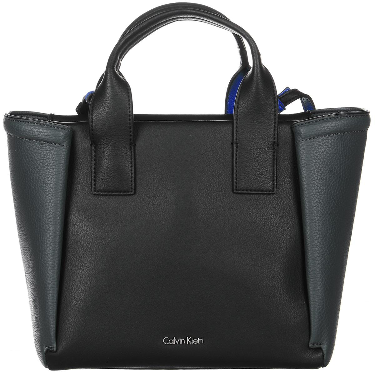 Сумка женская Calvin Klein Jeans, цвет: черный. K60K602482_0010485Стильная женская сумка Calvin Klein Jeans выполнена из полиуретана. Сумка имеет одно основное отделение, закрывающееся на застежку-молнию. Внутри модель имеет прорезной карман на застежке-молнии и два накладных открытых кармана. Изделие оснащено двумя удобными ручками и съемным плечевым ремнем.