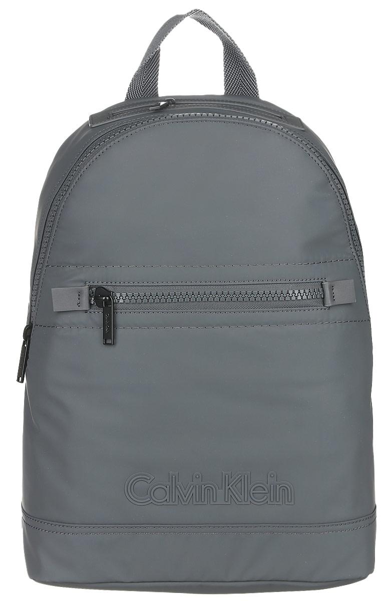 Рюкзак мужской Calvin Klein Jeans, цвет: темно-серый. K50K502065_9100BP-001 BKПрактичный рюкзак Calvin Klein Jeans выполнен из полиуретана, оформлен символикой бренда. Изделие содержит одно большое отделение, которое закрывается на застежку-молнию. Внутри модель дополнена накладным карманом для планшета и прорезным на застежке-молнии. Лицевая и верхняя части рюкзака дополнены прорезными карманами на застежке-молнии. Рюкзак оснащен широкими лямками регулируемой длины и петлей для подвешивания.