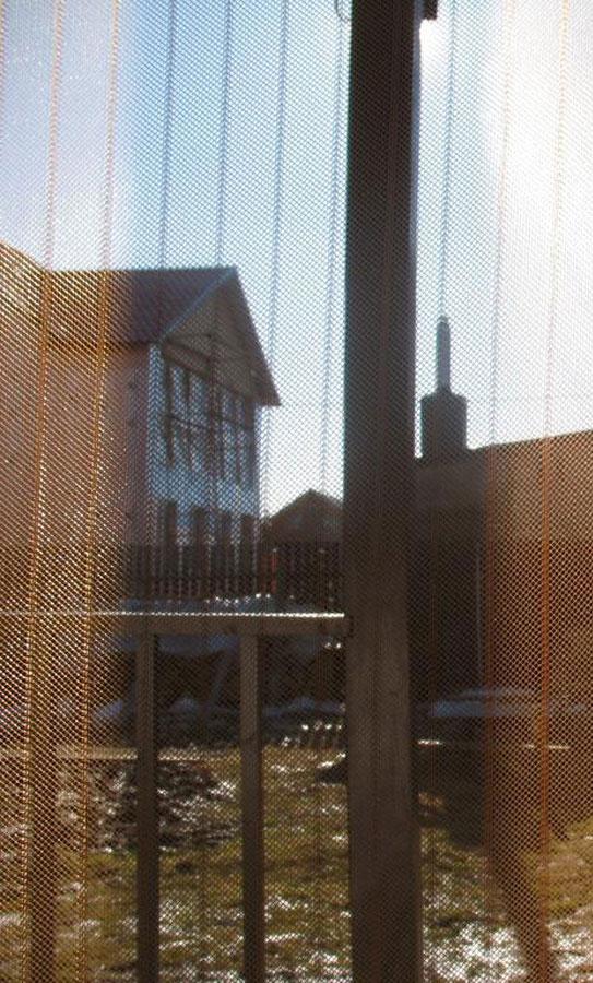 Сетка антимоскитная Hozma, цвет: коричневый, 95 x 210 смNN-627-LS-RСетка антимоскитная Hozma - это идеальное решение для дачи, квартиры или дома, а также надежная и простая защита от назойливых насекомых, пыли и тополиного пуха. Москитные сетки отлично пропускают свежий воздух и не открываются от ветра, тем самым позволяют держать двери в вашем доме или на даче открытыми. После прохождения человека или животного полотна сетки слипаются автоматически благодаря специальным магнитам. Магниты уже вставлены в сетку. Имеются дополнительные клипсы-птички, которые надежнее скрепляют половинки сетки. Сетка легко крепится в дверной проем с помощью кнопок (входят в комплект) и также легко снимается. Сетку можно стирать в стиральной машине, предварительно сняв магниты.
