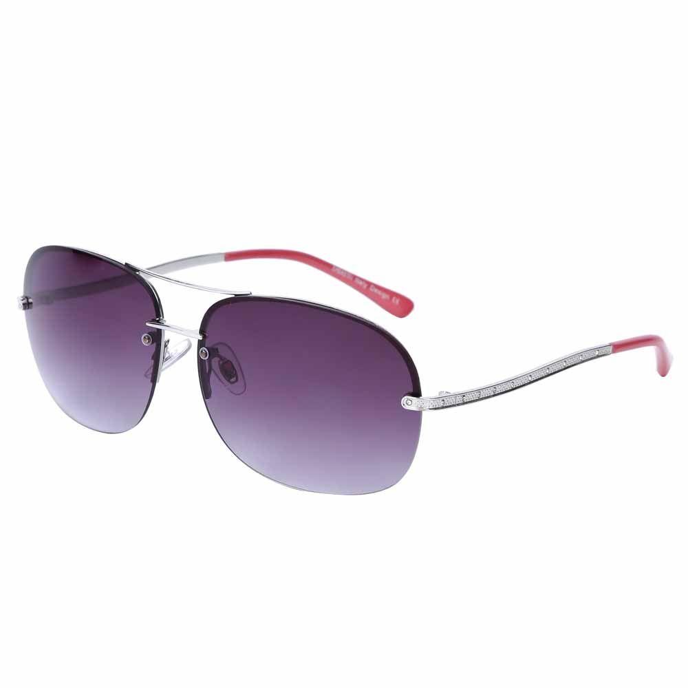 Очки солнцезащитные женские Fabretti, цвет: серебристый, пурпурный. J171899-3GBM8434-58AEЯркие женские очки от итальянского бренда Fabretti в форме –«капельки» выполнены из прочного металла и прекрасно подойдут ко всем типам лица. Дизайнерская модель дополнит как классический, так и романтический образ. Элегантное сочетание малиновых дужек, серебряной фурнитуры придаст любому образу нотки современного шика, а фиолетовые градиентные линзы подчеркнут вашу яркость и экстравагантность. Высокая степень защиты от солнечных лучей и надежное крепление дужек, - все это превращает модель в уникальный аксессуар, который будет украшать вас на протяжении нескольких модных сезонов.