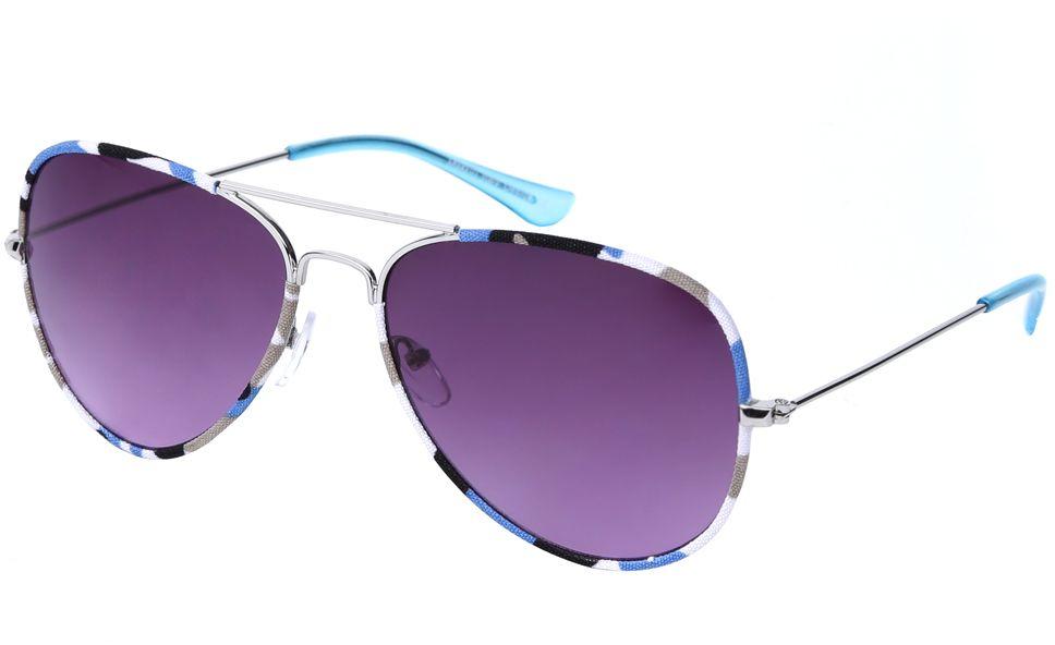 Очки солнцезащитные женские Fabretti, цвет: серебряный, голубой, пурпурный. J172586-2GINT-06501Женские очки-авиаторы от итальянского бренда Fabretti – это изысканный аксессуар, который должен быть у каждой модницы в этом сезоне. Эксклюзивная отделка оправы, создающая эффект тканевого покрытия, придаст вашему образу неповторимую элегантность и изысканность. Фиолетовый цвет линз и голубые дужки завершают дизайн, превращая модель в изумительный аксессуар, который дополнит любой современный образ. Градиентное покрытие, высокая степень защиты от солнечных лучей и надежные крепления помогут приковывать взгляды окружающих протяжении нескольких модных сезонов.Аксессуар очень удобен для вождения, а также незаменим на отдыхе.