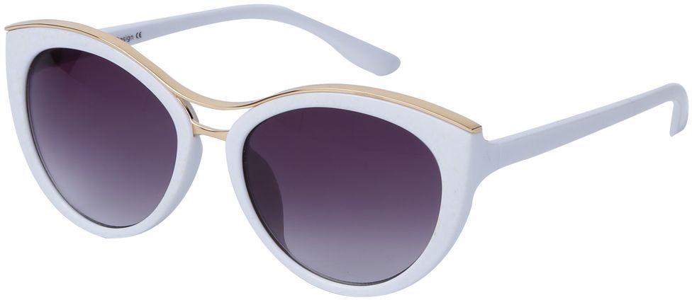 Очки солнцезащитные женские Fabretti, цвет: белый, золотой, пурпурный. J174397-1GBM8434-58AEНевероятно стильные женские очки от итальянского бренда Fabretti выполнены в изысканной форме кошачьего глаза. Классический белый цвет и оправа в золотом оттенке призваны добавить в ваш образ нотку настоящего итальянского шика. Дизайнерская перфорация создает глубину и элегантность, поэтому аксессуар понравиться всем любительницам высокой моды. Градиентное покрытие линз, высокая степень защиты от солнечных лучей и надежное крепление дужек, - все это превращает модель в прочные и стильные очки, которые будут украшать вас на протяжении нескольких модных сезонов.