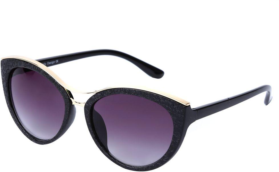 Очки солнцезащитные женские Fabretti, цвет: черный, золотистый, пурпурный. J174397-2GBM8434-58AEНевероятно стильные женские очки от итальянского бренда Fabretti выполнены в изысканной форме кошачьего глаза. Классический черный цвет и оправа в золотом оттенке призваны добавить в ваш образ нотку настоящего итальянского шика. Дизайнерская перфорация создает глубину и элегантность, поэтому аксессуар понравиться всем любительницам высокой моды. Градиентное покрытие линз, высокая степень защиты от солнечных лучей и надежное крепление дужек, - все это превращает модель в прочные и стильные очки очень удобеные для вождения, а также незаменимые на отдыхе.