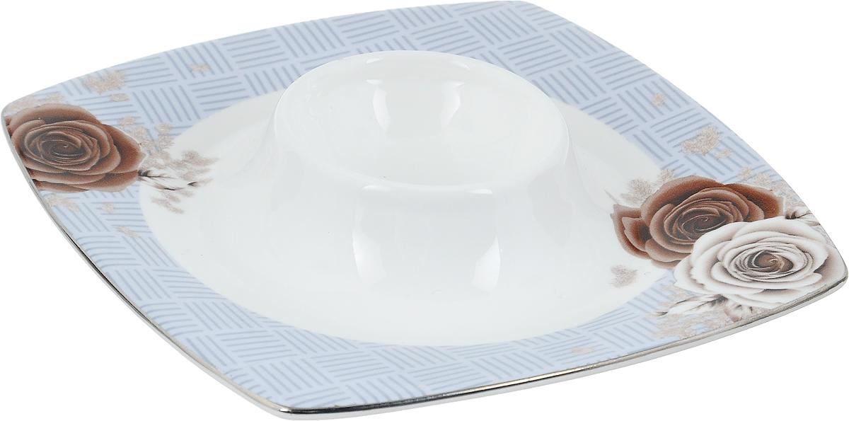Подставка под яйцо Дэниш, 12,5 х 12,5 х 3,5 см401-609Подставка под яйцо Дэниш изготовлена из высококачественной глазурованного фарфора. Изделие декорировано цветочным рисунком. Подставка под яйцо Дэниш - идеальный вариант для пасхального декора интерьера. Такая подставка красиво оформит праздничный стол и создаст особое настроение. Диаметр выемки для яйца: 4,5 см.Общий размер подставки: 12,5 х 12,5 х 3,5 см.
