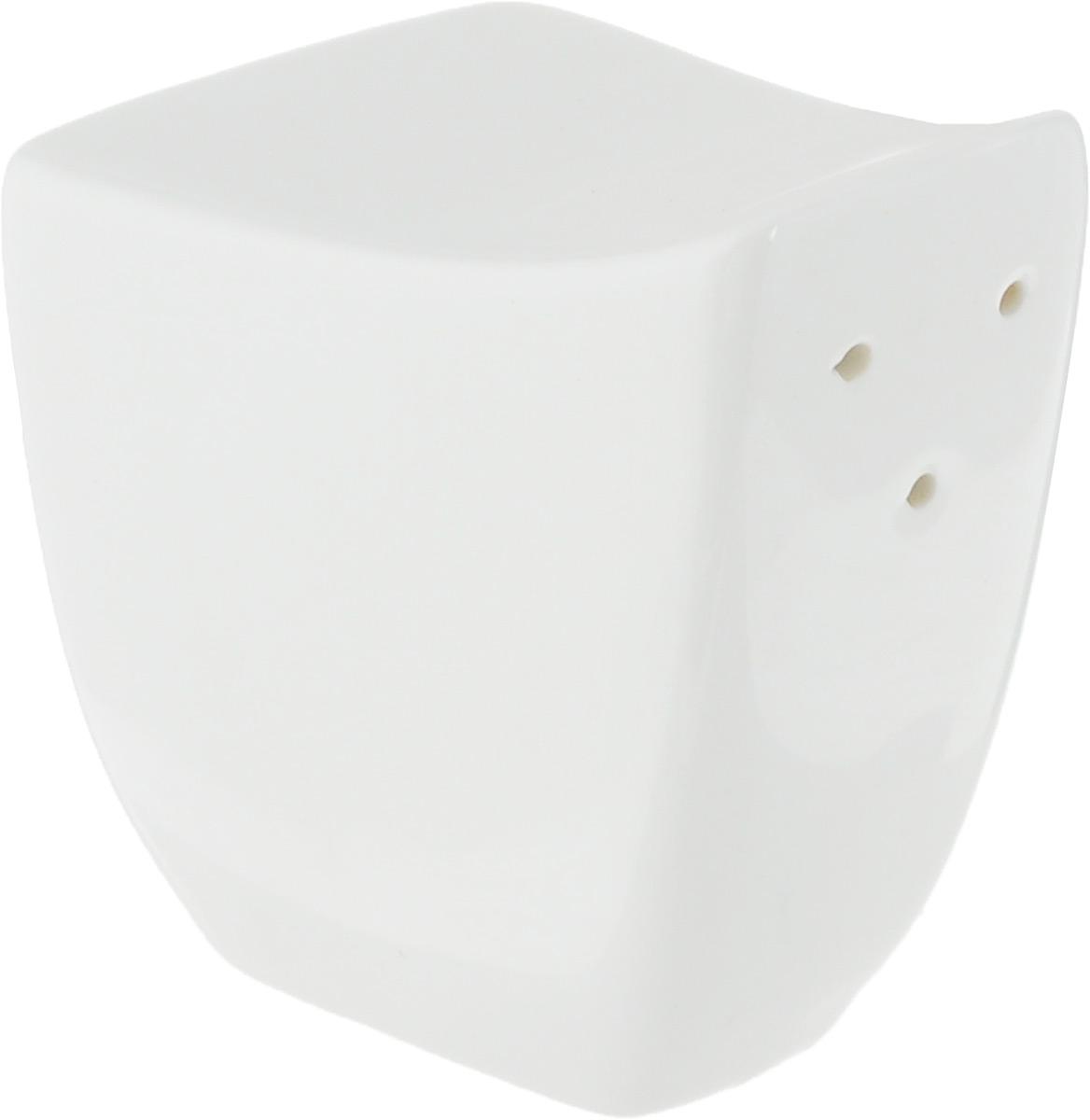 Солонка Ariane Rectangle, 5 х 5,5 х 4 см25526Солонка Ariane Rectangle изготовлена из высококачественного фарфора белого цвета. Солонка имеет три отверстия для высыпания соли, на дне - отверстие, позволяющее наполнить емкость, снабженное силиконовой вставкой.Такая солонка украсит сервировку вашего стола и подчеркнет прекрасный вкус хозяина, а также станет отличным подарком.Можно мыть в посудомоечной машине.