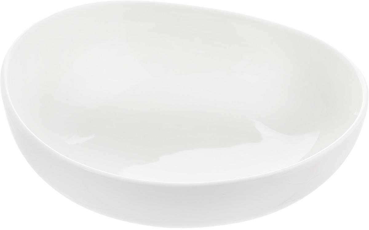 Салатник Ariane Коуп, 700 мл54 009312Салатник Ariane Коуп, изготовленный из высококачественного фарфора с глазурованным покрытием, прекрасно подойдет для подачи различных блюд: закусок, салатов или фруктов. Такой салатник украсит ваш праздничный или обеденный стол.Можно мыть в посудомоечной машине и использовать в микроволновой печи.Размер салатника (по верхнему краю): 17,5 х 18 см.Диаметр основания: 9 см.Высота стенки: 6 см.Объем салатника: 700 мл.
