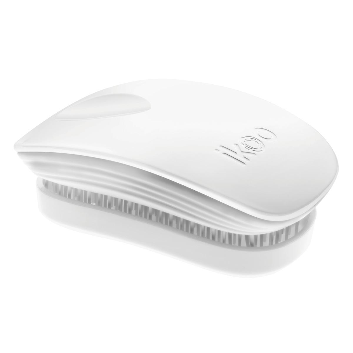 Ikoo Расческа-детанглер Pocket Classic WhiteMP59.4Dikoo Pocket – расческа для тех, кто всегда в движенииЕсли Вы не хотите упускать шанс всегда иметь под рукой удобную расческу, а также оставить позади секущиеся концы и поврежденные волосы, то карманная версия расчески iKoo – то, что Вам нужно!«Младшая сестра» ikoo Pocket обладает всеми качествами оригинальной версии, а также имеет удобную крышку, которая предохранит расческу от загрязнений, а Вашу сумку – от попадания волос. Ikoo – это расческа-детанглер, которая:- придает объем и блеск волосам- массирует кожу головы- позволяет заботиться о волосах даже во время расчесывания и не оставляет шанса секущимся кончикам- легко распутывает влажные волосы- распутывает волосы без болиУникальный подход щетки ikoo — расположение и структура щетинок, которые позволяют не только легко распутывать и расчесывать волосы, но и делать массаж головы в соответствии с принципами традиционной китайской медицины. Щетинки стимулируют энергетические меридианы и рефлексогенные зоны, что также положительно влияет на вегетативную нервную систему. Благодаря оптимальной степени твердости щетины, волосы распутываются легко и без вытягивания. Щетка ikoo сохраняет свою функциональность даже после долговременного использования.Щетки ikoo изготовлены из высококачественной смолы и акрила. Для комфортного использования корпус щетки отделан натуральной резиной, что помогает надежно удерживать щетку в руке. Скомбинировав эти три материала, мы избежали использования дерева и натуральной щетины, так как эти материалы подходят не для всех типов волос, а также труднее очищаются. Щетки ikoo соблюдают все гигиенические стандарты за счет своего состава. В процессе разработки мы уделили большое внимание дизайну щетки, чтобы и правшам, и левшам было комфортно ей пользоваться.Дизайн расчески основан на принципах традиционной китайской медицины, которые практикуются уже более 2000 лет, и до сих пор. Согласно им, массаж головы оказывает гармонизирующий эффект на вес