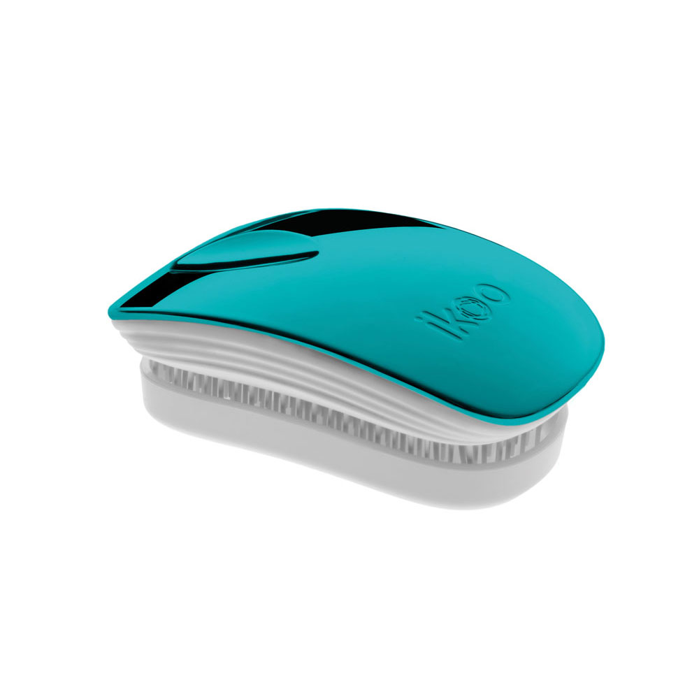 Ikoo Расческа-детанглер Pocket White Pacific MetallicSatin Hair 7 BR730MNКоллекция ikoo Metallic – это стильная линейка расчесок-детанглеровВыполненная из легкого металла, она не только сохраняет все достоинства iKoo, безболезненно распутывает волосы и обеспечивает прекрасный массаж головы по принципам традиционной китайской медицины, но и станет прекрасным дополнением вашего образа.ikoo Pocket – расческа для тех, кто всегда в движенииЕсли Вы не хотите упускать шанс всегда иметь под рукой удобную расческу, а также оставить позади секущиеся концы и поврежденные волосы, то карманная версия расчески iKoo – то, что Вам нужно!«Младшая сестра» ikoo Pocket обладает всеми качествами оригинальной версии, а также имеет удобную крышку, которая предохранит расческу от загрязнений, а Вашу сумку – от попадания волос. Ikoo – расческа-детанглер, которая:- придает объем и блеск волосам- массирует кожу головы- позволяет заботиться о волосах даже во время расчесывания и не оставляет шанса секущимся кончикам- легко распутывает влажные волосы- распутывает волосы без болиУникальный подход щетки ikoo — расположение и структура щетинок, которые позволяют не только легко распутывать и расчесывать волосы, но и делать массаж головы в соответствии с принципами традиционной китайской медицины. Щетинки стимулируют энергетические меридианы и рефлексогенные зоны, что также положительно влияет на вегетативную нервную систему. Благодаря оптимальной степени твердости щетины, волосы распутываются легко и без вытягивания. Щетка ikoo сохраняет свою функциональность даже после долговременного использования.Дизайн расчески основан на принципах традиционной китайской медицины, которые практикуются уже более 2000 лет, и до сих пор. Согласно им, массаж головы оказывает гармонизирующий эффект на весь организм. Вогнутая форма расчески ikoo позволяет делать себе массаж по специальным акупунктурным точкам и рефлексогенным зонам кожи головы.В результате чего усиливается кровообращение и наполнение волос питательн