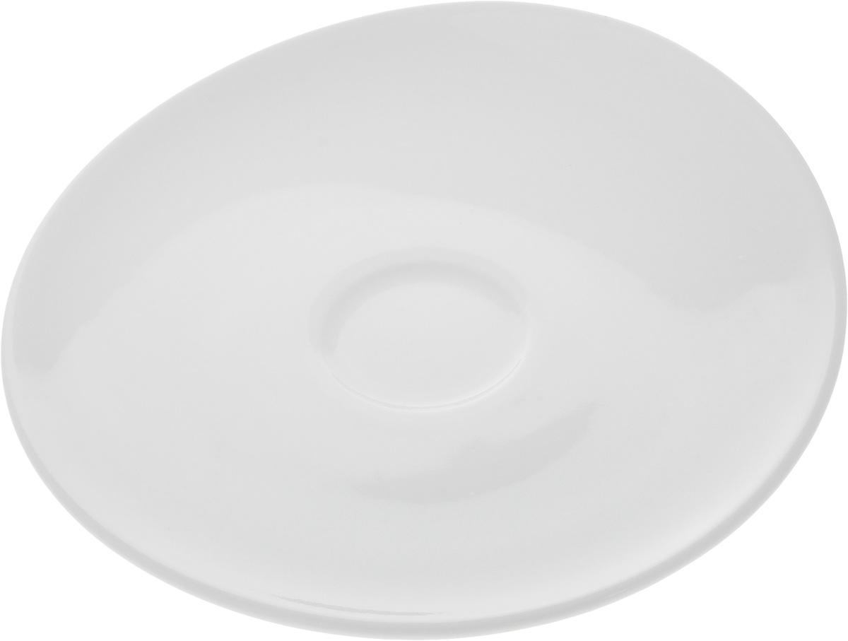 Блюдце Ariane Коуп, диаметр 13 см115610Оригинальное блюдце Ariane Коуп с приподнятым краем изготовлено из фарфора с глазурованным покрытием. Изделие сочетает в себе классический дизайн с максимальной функциональностью. Блюдце прекрасно впишется в интерьер вашей кухни и станет достойным дополнением к кухонному инвентарю. Можно мыть в посудомоечной машине и использовать в микроволновой печи.Диаметр блюдца (по верхнему краю): 13 см.Максимальная высота блюдца: 2,5 см.