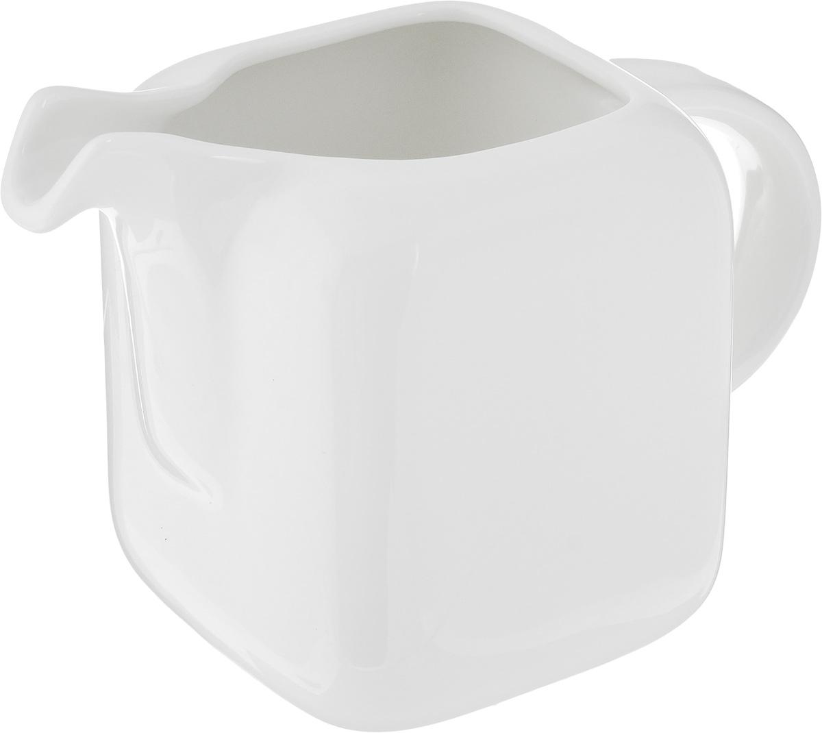Молочник Ariane Vital Square, 250 мл115510Молочник Ariane Vital Square изготовлен из высококачественного фарфора с глазурованным покрытием. Изделие предназначено для сервировки сливок или молока. Такой молочник отлично подойдет как для праздничного чаепития, так и для повседневного использования. Изделие функциональное, практичное и легкое в уходе. Можно мыть в посудомоечной машине и использовать в СВЧ.Размер молочника (по верхнему краю): 5 х 5 см.Диаметр основания: 8 см.Высота: 10 см.
