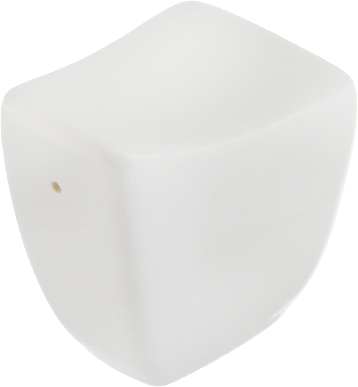 Перечница Ariane Rectangle, 6,5 х 5,5 х 4 см86822Перечница Ariane Rectangle изготовлена из высококачественного фарфора белого цвета. Перечница имеет одно отверстие для высыпания специй, на дне - отверстие, позволяющее наполнить емкость, снабженное силиконовой вставкой.Такая перечница украсит сервировку вашего стола и подчеркнет прекрасный вкус хозяина, а также станет отличным подарком.Можно мыть в посудомоечной машине.
