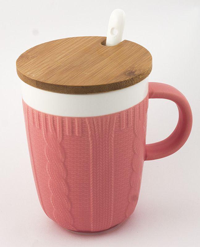 Кружка Эврика Вязанная, цвет: розовый, 300 мл115510Долгими зимними вечерами, в осеннюю слякоть или вecеннюю распутицу приятно согреться кружкой чего-нибудь горячего, особенно, если она тоже одета в тёплый вязаный свитер. В комплект входит керамическая ложечка и крышка из бамбука, предохраняющая напиток от остывания. Уютный домашний дизайн, экологичные материалы, качественная упаковка делают эту кружку прекрасным подарком.