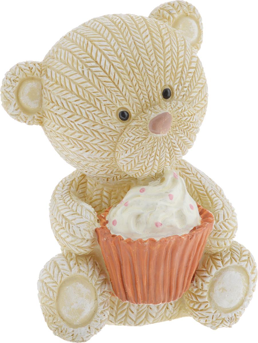 Фигурка декоративная Magic Home Мишка с пирожным, 7,1 х 6,5 х 9,1 смTHN132NДекоративная фигурка Мишка с пирожным выполнена из полирезина. Такая фигурка прекрасно дополнит любой интерьер и станет хорошим подарком.