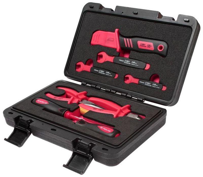 Набор инструментов для электроустановок JTC, с изоляцией, 9 предметов. JTC-I00780621Набор инструментов для электроустановок JTC изготовлены в соответствии со стандартами En60900 и предназначены для работы с электроустановками, находящимися под напряжением до 1000 В переменного тока.Набор упакован в прочный переносной кейс.В комплекте:- электромонтажный нож - 1 шт;- рожковый ключ с изоляцией: 10, 12, 14 мм;- клещи с изоляцией: 6 длинногубцы, 6 бокорезы;- отвертки с изоляцией: РН2х4, шлицевая 5.5х5.