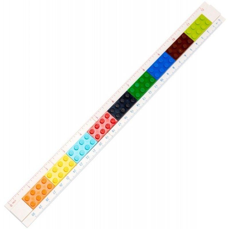 LEGO Конструируемая линейка 5149872523WDКонструируемая линейка LEGO состоит из 28 деталей. Можно сделать мини линейку 15 см или собрать полную 30 см. С одной стороны сантиметровая шкала, с другой стороны шкала в дюймах. На линейку можно закрепить карандаш с насадкой, ластик, ручку, минифигуру, а также прикреплять линейку к книге для записей, органайзеру, пеналу. Все канцелярские принадлежности скрепляются друг с другом по принципу конструкторов LEGO.