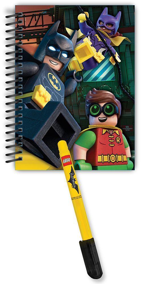 LEGO Batman Movie Набор Блокнот на спирали 100 листов в линейку и гелевая ручка72523WDНабор Lego Batman Movie будет замечательным подарком для каждого мальчика!Блокнот на спирали всегда будет под рукой и не позволит потеряться ни одной идее в потоке событий. Обложка выполнена из плотного картона и оформлена изображением супергероев. Внутренний блок состоит из 100 листов бумаги в линейку.В комплект входит гелевая ручка с черными чернилами.