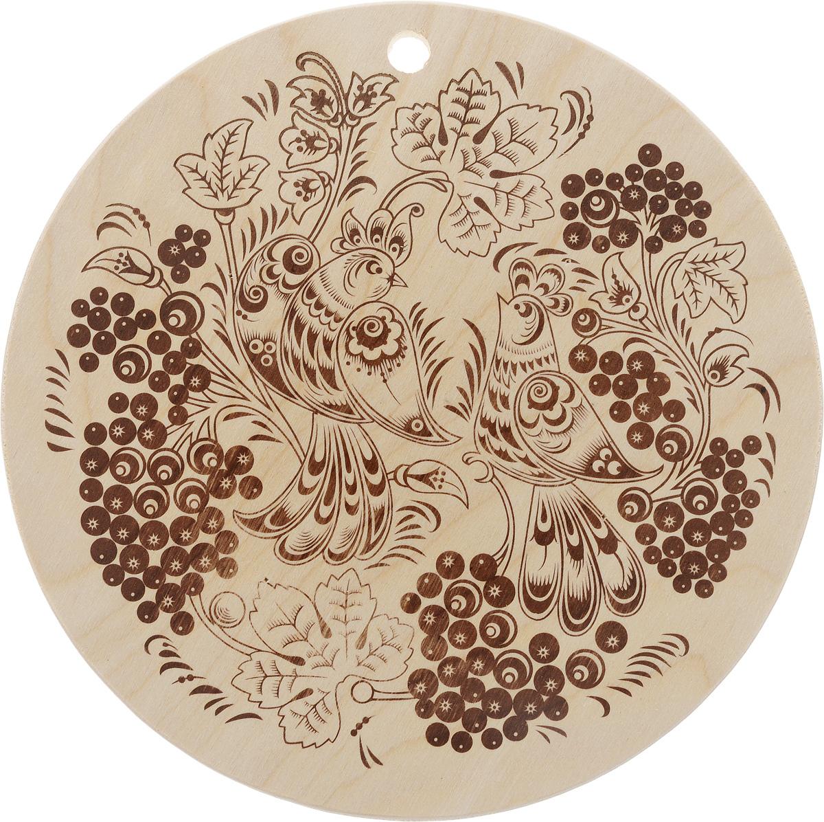 Доска разделочная Marmiton Птички, диаметр 24 смFS-91909Разделочная доска Marmiton Птички, изготовленная из березы, прекрасно подходит для разделки и измельчения всех видов продуктов. С лицевой стороны изделие декорировано изображением птиц. Доска имеет отверстие для подвешивания на крючок.Внимание! Используйте только обратную сторону доски! Перед первым использованием промойте теплой водой и вытрите насухо мягкой тканью. Не подходит для мытья в посудомоечной машине.Размер доски: 24 х 24 х 8 см.