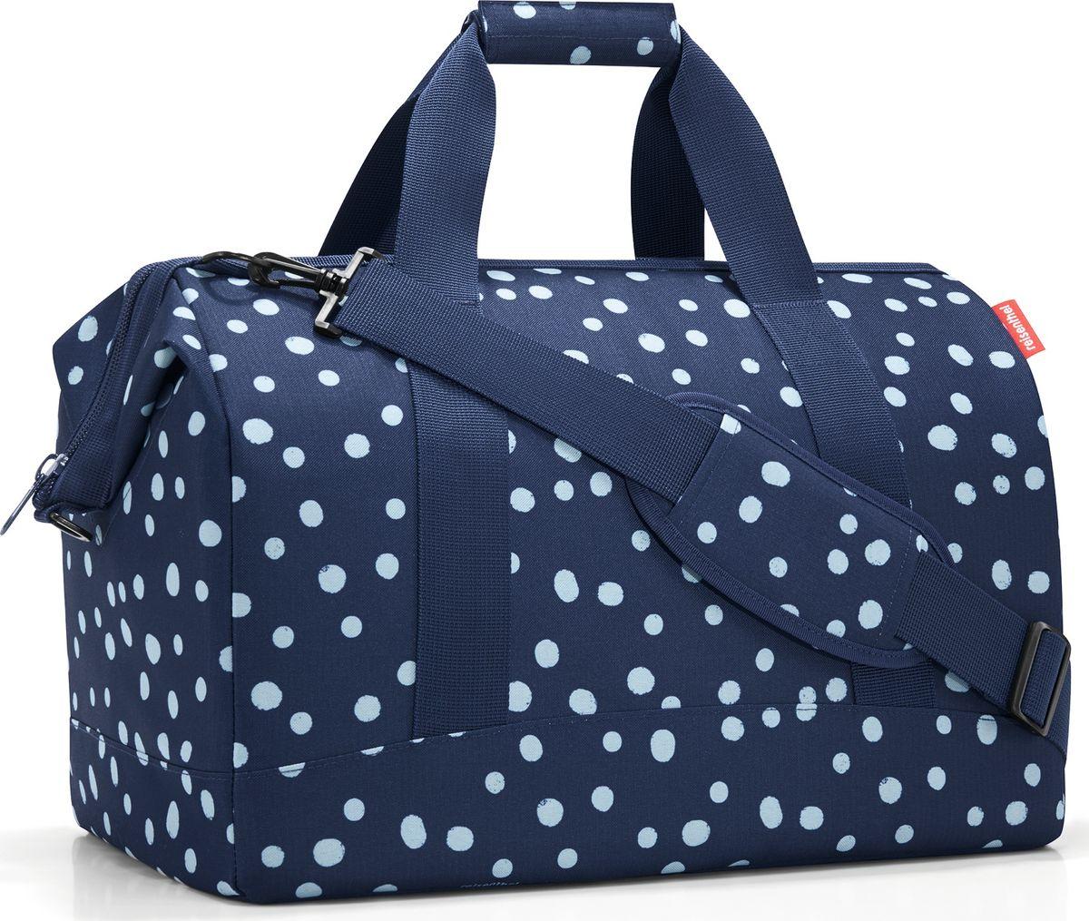 Сумка женская Reisenthel Allrounder L Spots, цвет: синий. MT4044101225Практичная и вместительная сумка для спорта и путешествий. Приятные объемные стенки и дно создают силуэт, напоминающий старинные врачебные саквояжи.- объемное основное отделение на молнии; - встроенные металлические скобы фиксируют сумку в открытом положении;- 6 внутренних карманов для организации вещей;- широкие ручки и широкая удобная лямка с регулируемой длиной;- объем – 30 литров.