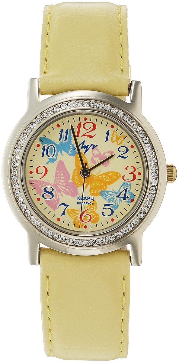 Наручные часы для девочки Луч, цвет: желтый. 374387851BM8434-58AEКварцевые часы Луч выполнены с использованием японского механизма Miyota. Имеют центральную секундную стрелку, плоское стекло с покрытием из нитрида циркония - гипоаллергенного материала сохраняющего полезные свойства циркония. Круглый корпус, украшен стразами по периметру. Выдерживают воздействие многократных ударов с ускорением 150м/с при длительности ударов от 2 до 15 м/с. Ремешок выполнен из натуральной кожи. Продолжительность непрерывной работы 12 месяцев. Сменная батарея.