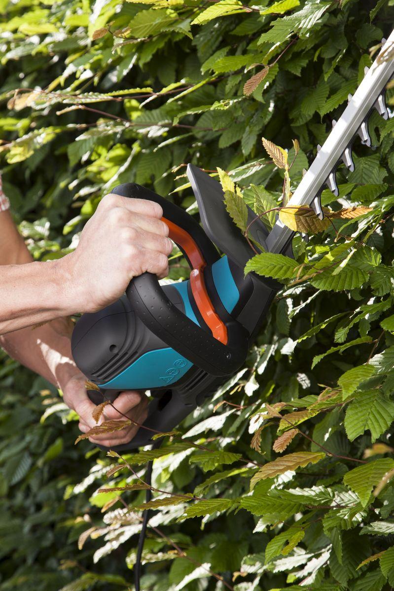 Ножницы для живой изгороди Gardena ComfortCut 550/50, электрические531-402Легкие электрические ножницы для живой изгороди Gardena ComfortCut 550/50 прекрасно подходят для удобной стрижки живых изгородей. Благодаря рукоятке эргономичной формы ножницы удобно лежат в руке. Большая кнопка запуска позволяет легко и безопасно включить инструмент в любой ситуации. Оптимизированная геометрия лезвий гарантирует эффективную, быструю и чистую обрезку. Кроме того, она обеспечивает плавность работы при низком уровне вибрации и дает возможность прилагать меньше усилий.