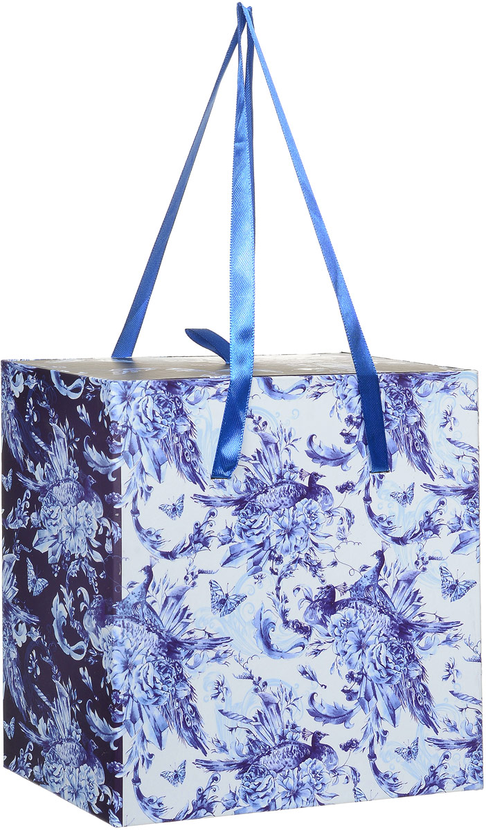 Коробка подарочная Magic Home Голубые цветы, квадратная, 18 х 18 х 9,5 см44293Подарочная коробка Magic Home Голубые цветы выполнена из мелованного ламинированного картона. Коробочка оформлена оригинальным цветочным рисунком. Изделие имеет квадратную форму и состоит из двух частей, одна из которых вставляется в другую. Внутренняя часть дополнена текстильной петлей, внешняя - длинными ручками. Подарочная коробка - это наилучшее решение, если вы хотите порадовать близких людей и создать праздничное настроение, ведь подарок, преподнесенный в оригинальной упаковке, всегда будет самым эффектным и запоминающимся. Окружите близких людей вниманием и заботой, вручив презент в нарядном, праздничном оформлении.Плотность картона: 1100 г/м2.