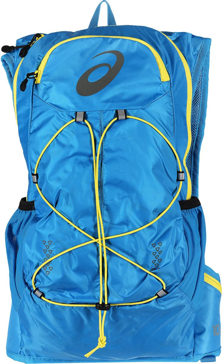 Рюкзак спортивный Asics Lightweight Running Backpack, цвет: голубой, 10 л. 131847-8012ГризлиРюкзак для бега Asics Lightweight Running Backpack выполнен из высококачественного полиэстера и оформлен принтом с изображением логотипа бренда. Рюкзак оснащен двумя плечевыми лямками регулируемой длины из сетчатой ткани, на которых расположенгрудной ремень, застегивающийся на застежку-фастекс. Изделие оснащено двумя набедренными карманами на поясе, которые закрываются на молнию. Также изделие оснащено поясным ремнем регулируемой длины, застегивающимся на застежку-фастекс. Мягкая спинка дополнена накладками из сетчатой ткани, которая обеспечит воздухопроницаемость при движении. Изделие имеет два сетчатых боковых кармана для бутылок с водой. Рюкзак закрывается на удобную застежку-молнию. Внутри расположено главное вместительное отделение, которое содержит один накладной открытый карман. Спереди рюкзак оформлен функциональной шнуровкой.