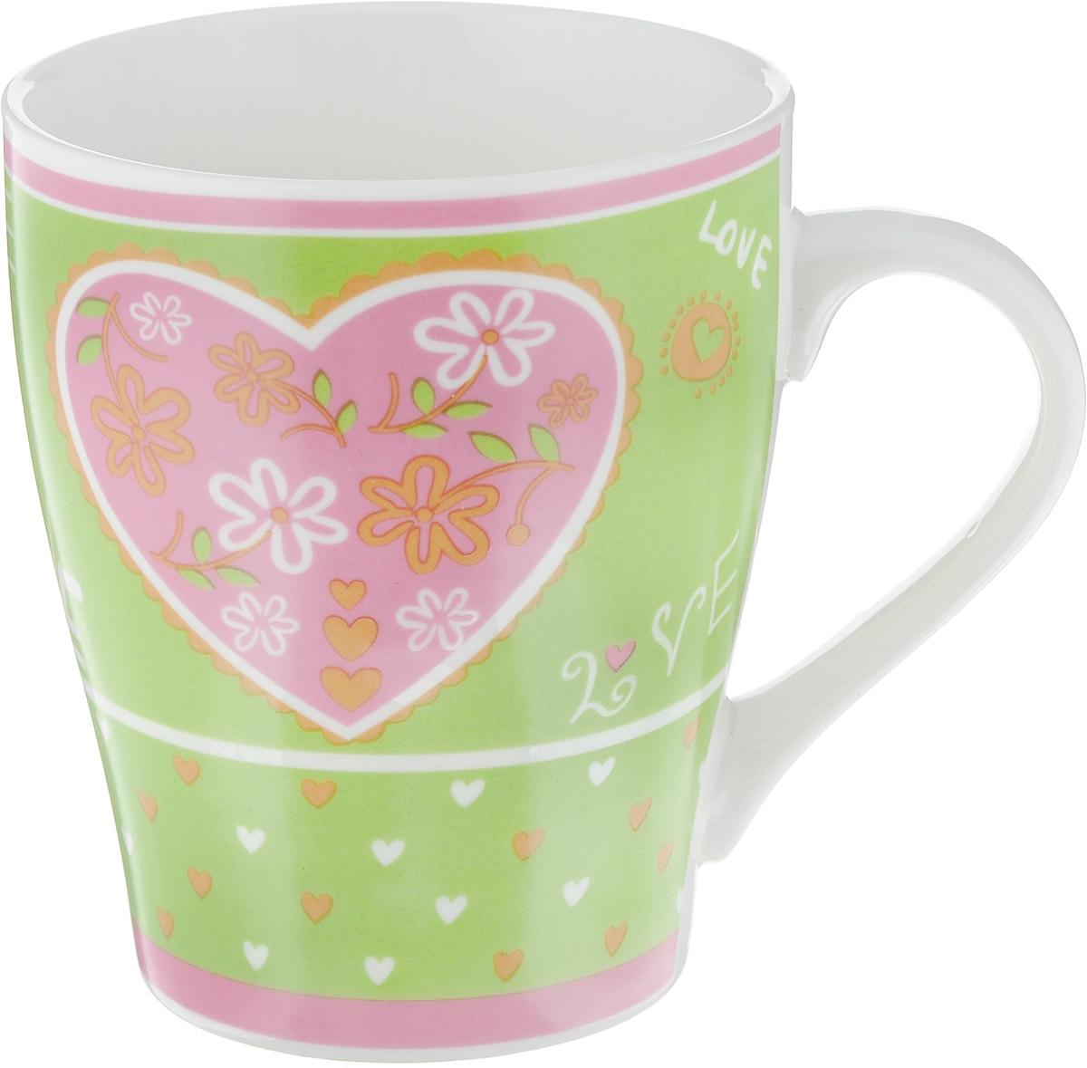 Кружка Loraine Сердце, цвет: зеленый, 350 мл115510Кружка Loraine изготовлена из прочного качественного костяного фарфора. Изделие оформлено красочным рисунком. Благодаря своим термостатическим свойствам, изделие отлично сохраняет температуру содержимого - морозной зимой кружка будет согревать вас горячим чаем, а знойным летом, напротив, радовать прохладными напитками. Такой аксессуар создаст атмосферу тепла и уюта, настроит на позитивный лад и подарит хорошее настроение с самого утра. Это оригинальное изделие идеально подойдет в подарок близкому человеку. Диаметр (по верхнему краю): 8,5 см.Высота кружки: 10 см.