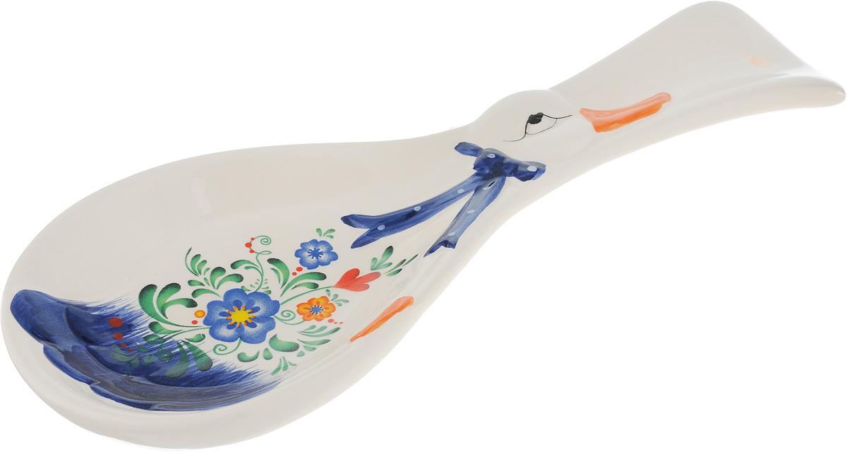 Подставка под ложку Loraine, длина 24,7 см21580Подставка под ложку Loraine изготовлена из прочной керамики высокого качества и декорирована оригинальным рисунком. Она станет прекрасным помощником на кухне и оживит интерьер. Поверхность изделия гладкая и легкая в очистке.Можно мыть в посудомоечной машине и использовать в микроволной печи.Размер подставки: 24,7 х 9 х 2,5 см.
