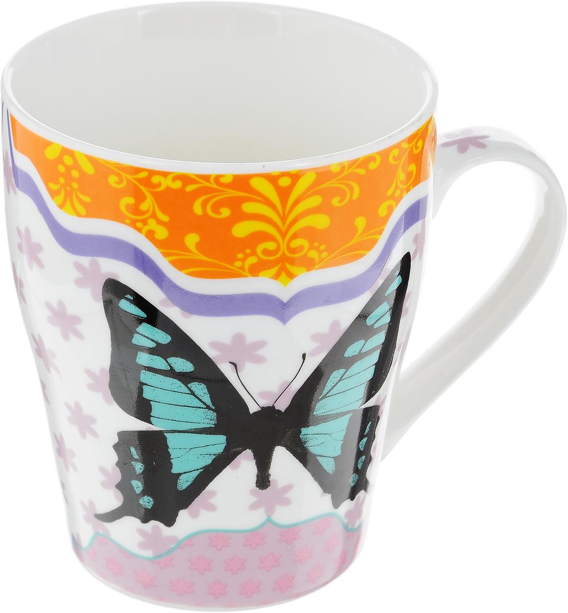 Кружка Loraine Бабочка, цвет: белый, бирюзовый, черный, 340 мл290148Кружка Loraine Бабочка изготовлена из прочного качественного костяного фарфора. Изделие оформлено красочным рисунком. Благодаря своим термостатическим свойствам, изделие отлично сохраняет температуру содержимого - морозной зимой кружка будет согревать вас горячим чаем, а знойным летом, напротив, радовать прохладными напитками. Такой аксессуар создаст атмосферу тепла и уюта, настроит на позитивный лад и подарит хорошее настроение с самого утра. Это оригинальное изделие идеально подойдет в подарок близкому человеку. Диаметр (по верхнему краю): 8 см.Высота кружки: 10 см.
