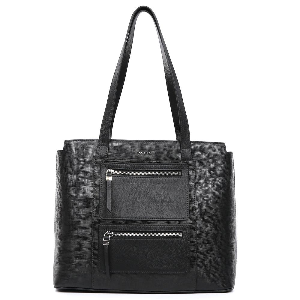Сумка женская Palio, цвет: черный. 15103A-W1-018/018BM8434-58AEКлассическая женская сумка от итальянского бренда Palio выполнена из натуральной плотной кожи, которая держит форму и имеет мягкую и приятную на ощупь фактуру. Классический черный цвет и фурнитура в серебряном оттенке придают изделию неповторимую изысканность и элегантность. Дизайнерская комбинация тиснения сафьяно и пористой кожи, а также модные карманы предназначены для тех, кто предпочитает утонченные и стильные аксессуары, которые прекрасно подойдут как для бизнес-встреч, так и для прогулок по городу. На тыльной части сумки дизайнеры расположили удобный карман на молнии с длинным кожаным поводком. Сумка имеет одно внутреннее отделение, которое разделяется карманом на два глубоких отсека. Дизайнеры позаботились и об удобстве аксессуара: на внутренних боковых стенках они разместили карманы для различных женских мелочей. Изделие с легкостью вмещает документы и папки формата A4.