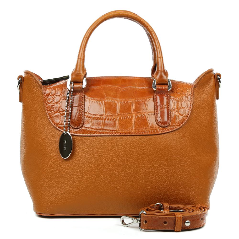 Сумка женская Palio, цвет: рыжий. 14714A2-W2-566/525BM8434-58AEИзысканная сумка Palio выполнена из натуральной плотной кожи, которая держит форму и имеет мягкую пористую фактуру. Аристократичный и глубокий коричневый оттенок, изысканная серебряная фурнитура и удобное крепление ручек – именно такая модель в этом сезоне должна быть в гардеробе каждой модницы. В отделке аксессуара дизайнеры использовали ультрамодное тиснение под рептилию. С таким изделием вы будете самой элегантной, как на деловой бизнес-встрече, так и на приятном дружеском ужине . Сумка имеет одно отделение, которое разделено отделением на молнии. Внутри аксессуара вы с легкостью расположите свой сотовый телефон и другие женские мелочи с помощью удобных и вместительных отсеков. Изделие очень компактно, не вмещает документы формата A4. В комплекте аксессуар имеет тонкий кожаный ремешок, благодаря которому сумку можно носить на плече.