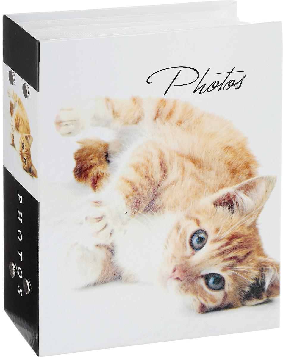 Фотоальбом Platinum Кошки - 2. Рыжий котенок, 100 фотографий, 10 х 15 смБрелок для ключейФотоальбом Platinum Кошки-2. Рыжий котенок поможет красивооформить ваши фотографии. Обложка выполнена из толстого картона.Внутри содержится блок из 50 листов с фиксаторами-окошкамииз полипропилена. Альбом рассчитан на 100 фотографийформата 10 х 15 см. Переплет - книжный. Нам всегда так приятно вспоминать о самых счастливых моментах жизни, запечатленных на фотографиях. Поэтому фотоальбом является универсальным подарком к любому празднику.Количество листов: 50.