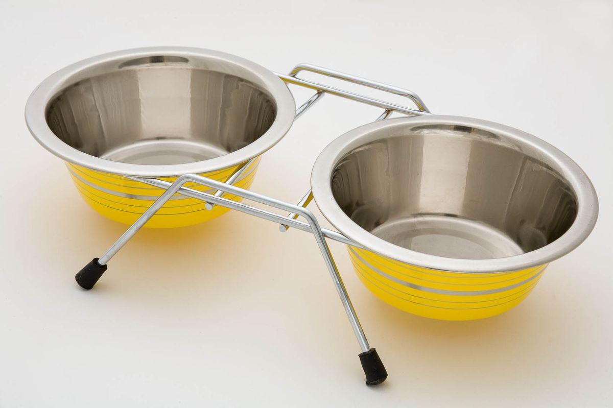 Миска для животных VM, двойная, на подставке, цвет: стальной, желтый, 2 х 950 мл0120710Двойная миска VM - это функциональный аксессуар для вашего питомца. Изделие состоит из двух мисок, выполненных из высококачественного металла. Миски размещены на подставке с резиновыми колпачками на ножках. Стильный дизайн придаст изделию индивидуальность и удовлетворит вкус самых взыскательных зоовладельцев. Объем одной миски: 950 мл.