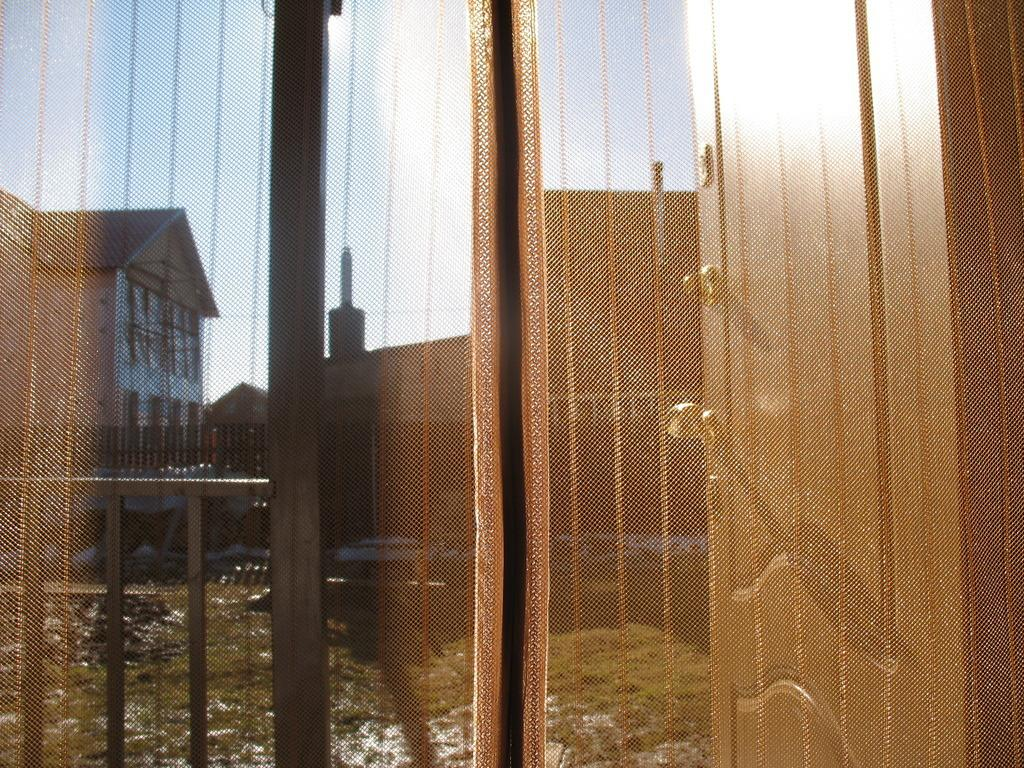 Сетка антимоскитная Hozma, цвет: коричневый, 105 х 210 смBH-SI0439-WWАнтимоскитная сетка на магнитах – это идеальное решение для дачи, квартиры или дома. Это надёжная и простая защита вашего дома от назойливых насекомых, пыли и тополиного пуха. Москитные сетки отлично пропускают свежий воздух и не открываются от ветра, тем самым позволяют держать двери в Вашем доме или на даче открытыми, не препятствуя проникновению в дом домашних животных. Легко крепится в дверной проём. Принцип действия: после прохождения человека или животного через дверь или балкон, полотна сетки слипаются за ним автоматически, обеспечивая постоянную защиту помещения.Преимущество данного вида сеток в том, что магниты уже вставлены в сетку и есть дополнительные клипсы- птички которые надежнее скрепляют половинки сетки.В комплект входит:1. Сетчатое полотно с мягкими магнитными лентами по всей длине с декоративной накладкой. 2. Дополнительные магниты (вставлены в сетку) в форме птиц (9 пар: 18 штук)3. Набор кнопок для установки сетки
