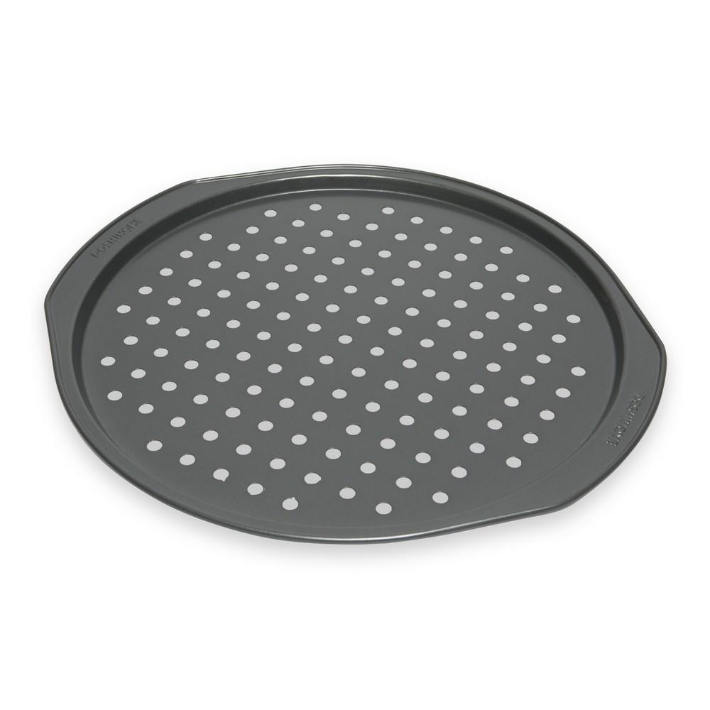 Форма для пиццы Dosh Home Fornax, с отверстиями, с антипригарным покрытием, диаметр 33 см300113Форма Dosh Home Fornax замечательна для приготовления домашней хрустящей пиццы. На дне формы имеются отверстия, которые служат для быстрого пропекания теста. Форма имеет высококачественное антипригарное покрытие, которое препятствует пригоранию. Форма прекрасно подходит для всех типов плит, можно мыть в посудомоечной машине.Диаметр: 33 см.