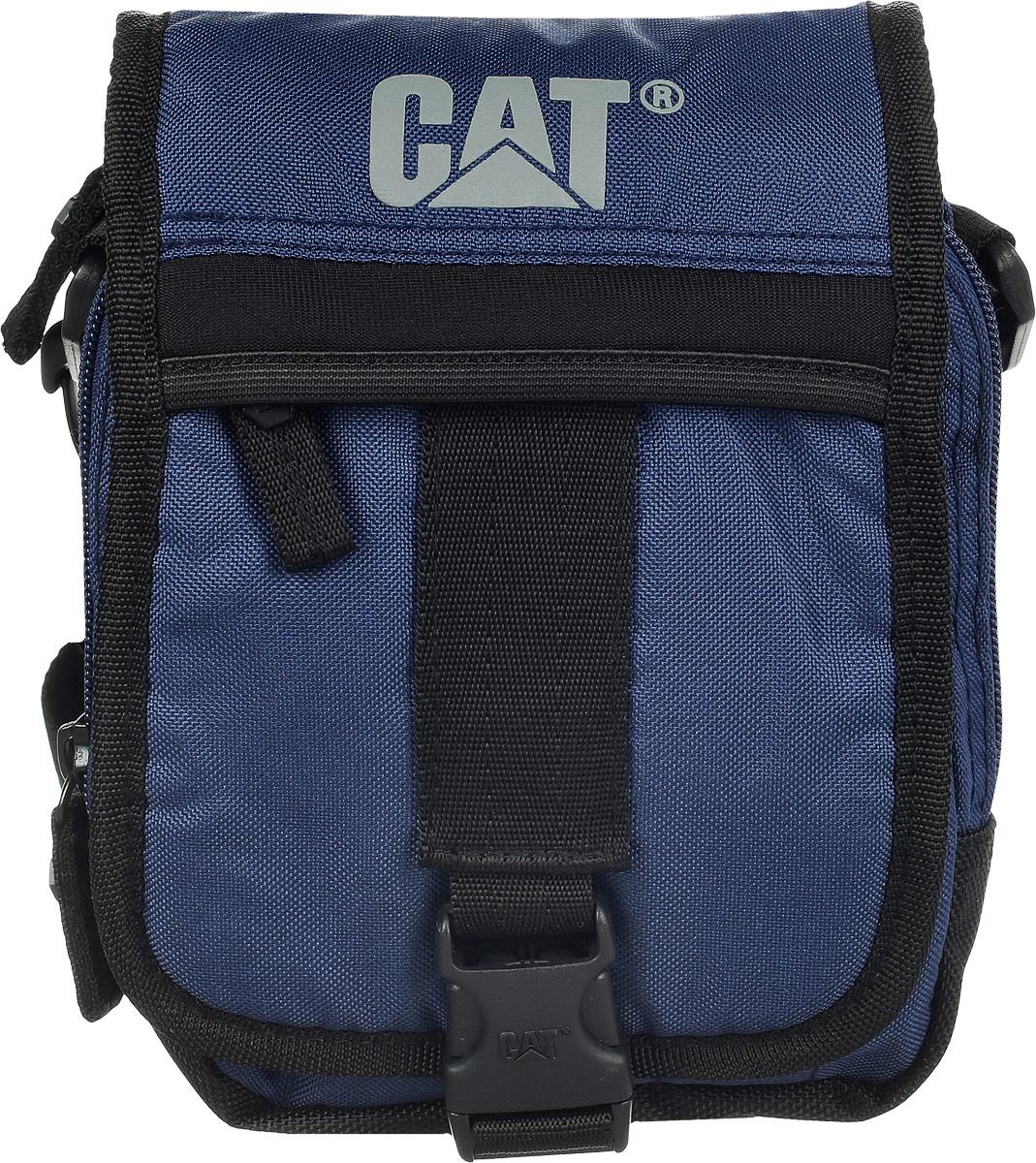 Сумка на плечо Caterpillar Ronald, цвет: темно-синий, черный, 2 л800201Стильная сумка Caterpillar Ronald выполнена из полиэстера. Изделие имеет два основных отделения, которые закрываются на застежки-молнии. Внутри одного из отделений имеется накладной карман на липучке. Закрывается изделие на клапан с пластиковой защелкой. Снаружи, на передней стенке под клапаном находится накладной открытый кармашек, два держателя для авторучек и прорезной карман на застежке-молнии, внутри которого предусмотрен текстильный ремешок с карабином для ключей. Клапан также оснащен дополнительным прорезным карманом на застежке-молнии. Сумка оснащена съемным текстильным плечевым ремнем, который регулируется по длине. На задней стенке предусмотрена текстильная ручка на кнопке. Стильная сумка Caterpillar Ronald станет незаменимой в повседневной жизни.